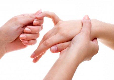 Немеет большой палец правой руки причины